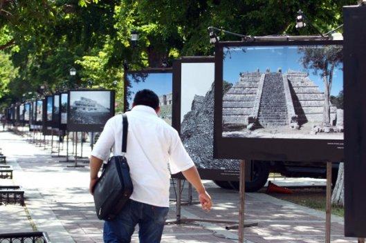 Exposición fotográfica en Paseo Montejo, comparando lugares prehispánicos en 1930 y en 2012