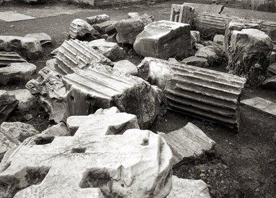 Ruinas en Roma, tal vez, sobrevaluadas piedras en el piso