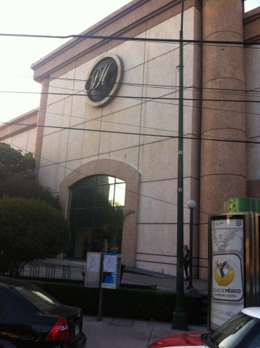 Anuncio del GDF frente al Palacio de Hierro Durango