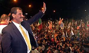 Vicente Fox festeja su triunfo en el Ángel de la Independencia, la noche del 2 de julio de 2000.
