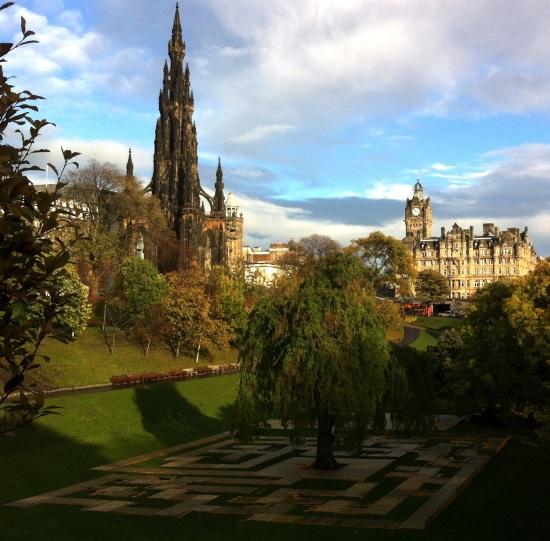 Vista sobre Princess Street gardens y el monumento a Walter Scott