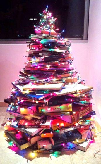 Nuestro arbolito de Navidad, hecho de cientos de libros