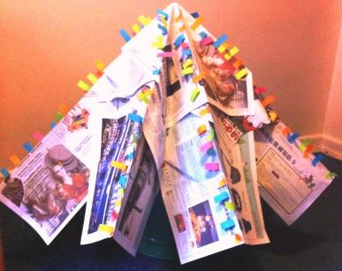 Hecho con hojas de periódico y notitas post-it de colores