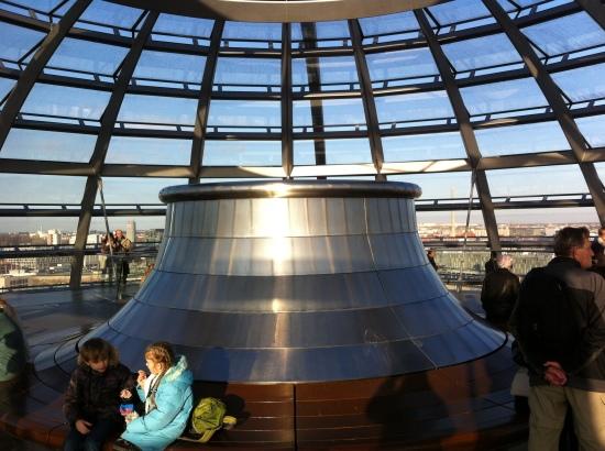 Interior de la cúpula de vidrio del Reichstag o Parlamento Alemán