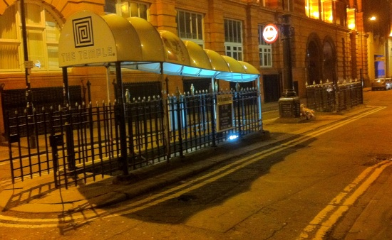 Entrada a un bar que está debajo del camellón. Nos echamos unos tragos dentro, el bar más especial de todo Manchester