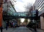 Puente entre dos edificios de tiendas departamentales
