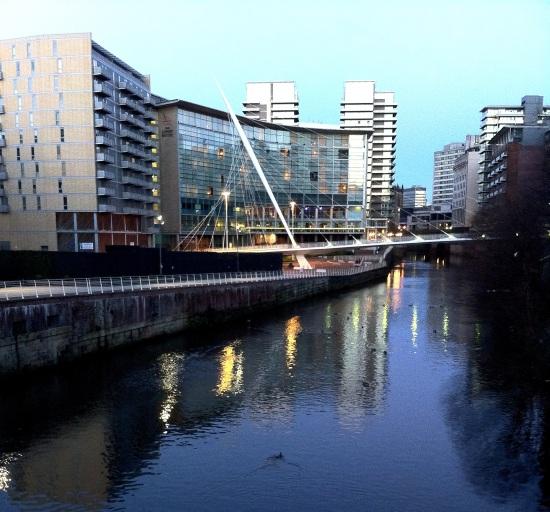 Vista sobre el Río Irwell. Se pueden ver varios patos en el río.