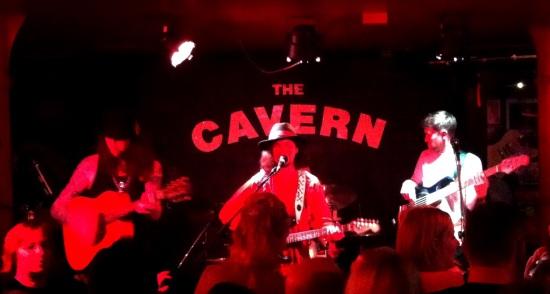Banda tocando en vivo desde The Cavern, Liverpool