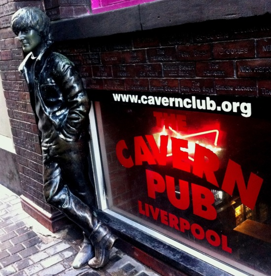 Estatua de John Lennon afuera de The Cavern