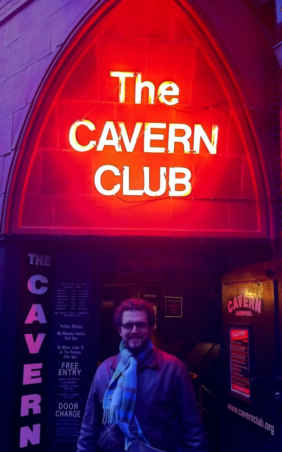Mi hermano en la entrada de The Cavern Club