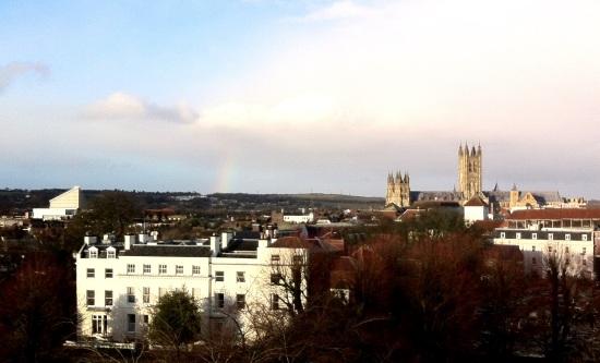 De izquierda a derecha: Teatro Marlowe, un arcoiris (casi imperceptible) y la Catedral de Canterbury