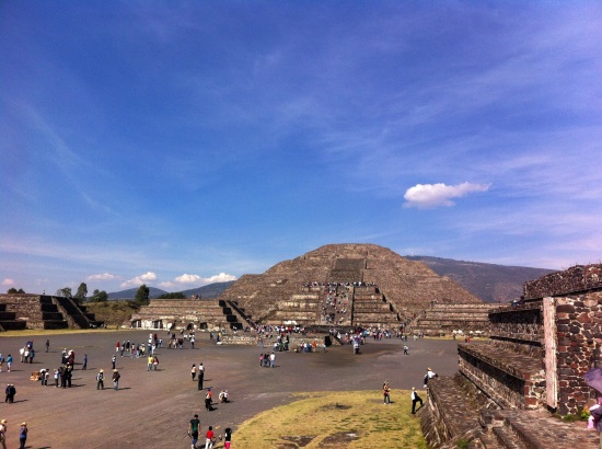 Calzada de los muertos y Pirámide de la Luna al fondo