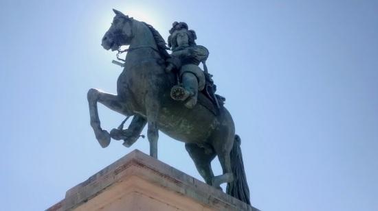 Escultura de Luis XIV en la entrada de Versalles