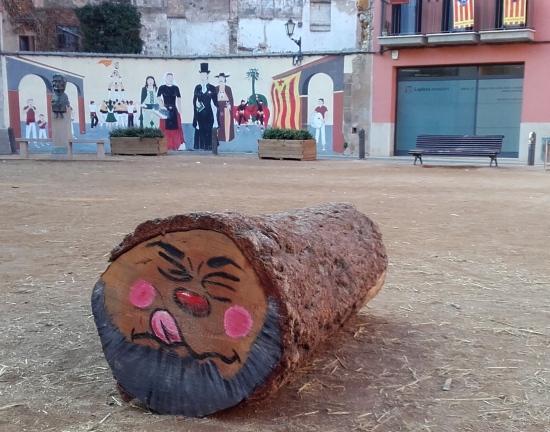 Tió de Nadal en el centro de Vic, Cataluña