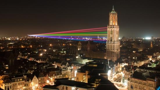 Yo no tomé la foto, pero vale mucho la pena. Fue tomada en 2011 y las luces son para festejar el aniversario de la Universidad de Utrecht. Tomada de https://en.wikipedia.org/wiki/Utrecht#/media/File:Sol_Lumen.jpg